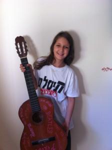 גילי ווינשטוק  בסיום סולו אייר גיטר של ״לראות אותה היום״